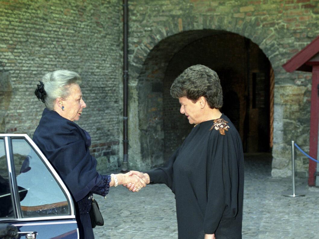 <strong>1991:</strong>  Prinsesse Ragnhild fru Lorentzen ankommer offisiel middag på Akershus Festning .  Ønskes her velkommen av statsminister Gro Harlem Brundtland.   Foto: NTB scanpix