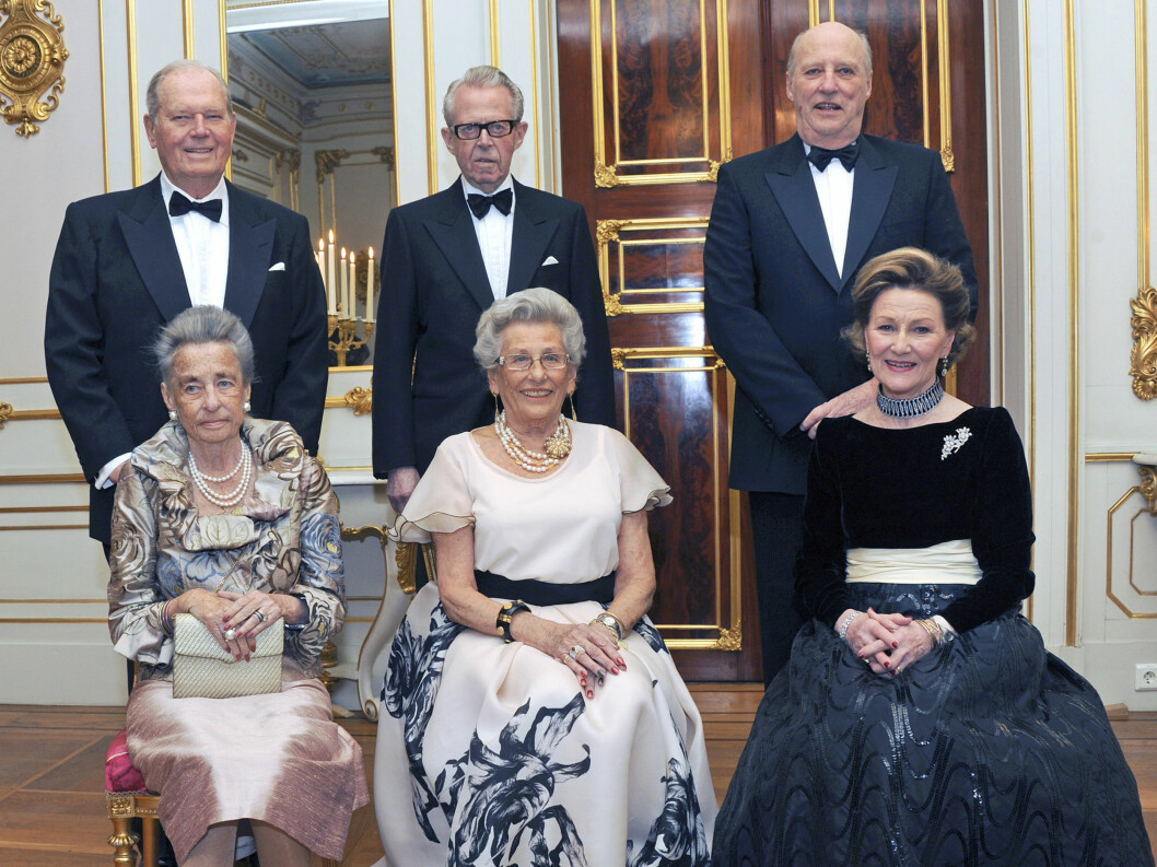 <strong>2012:</strong> Kong Harald  og dronning Sonja holdt selskap for Prinsesse Astrid, fru Ferner i anledning av Prinsessens 80-årsdag. Fra venstre prinsesse Ragnhild, fru Lorentzen, prinsesse Astrid, fru Ferner og dronning Sonja. Bak fra venstre: Erling Lorentzen, Jo Foto: NTB scanpix