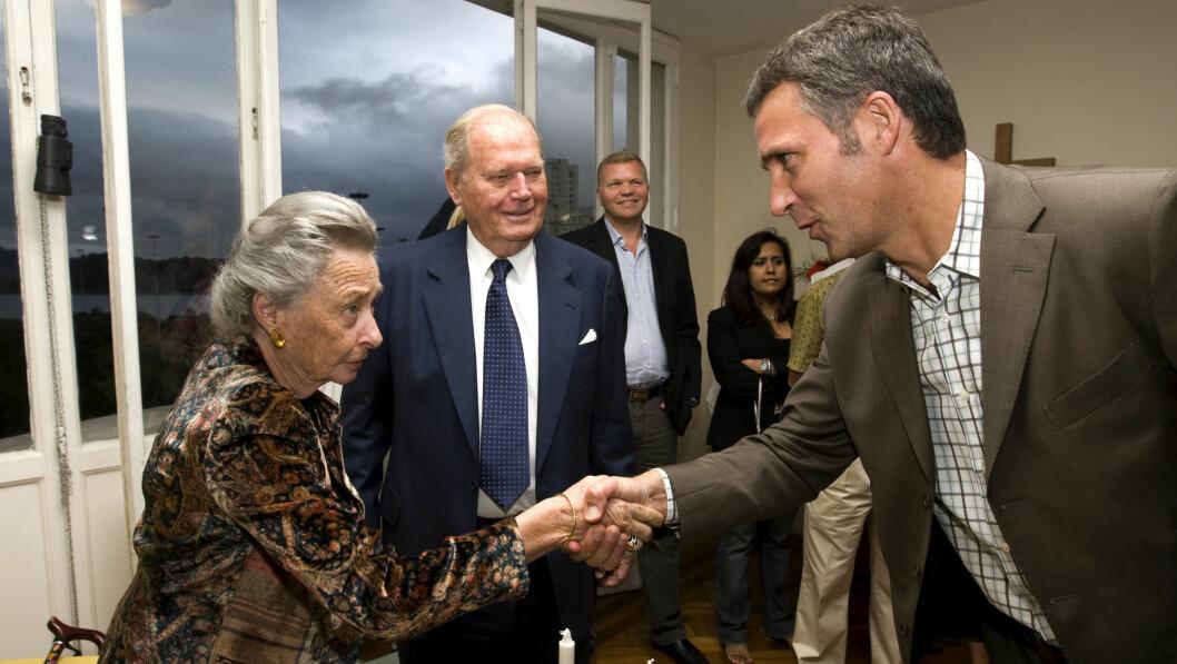 <strong>MØTTE RAGNHILD:</strong> Jens Soltenberg hilser på prinsesse Ragnhild, fru Lorentzen, og hennes mann Erling Lorentzen under en sammenkomst med norske beboere i Rio i den scandinaviske kirken i 2008.  Foto: NTBScanpix