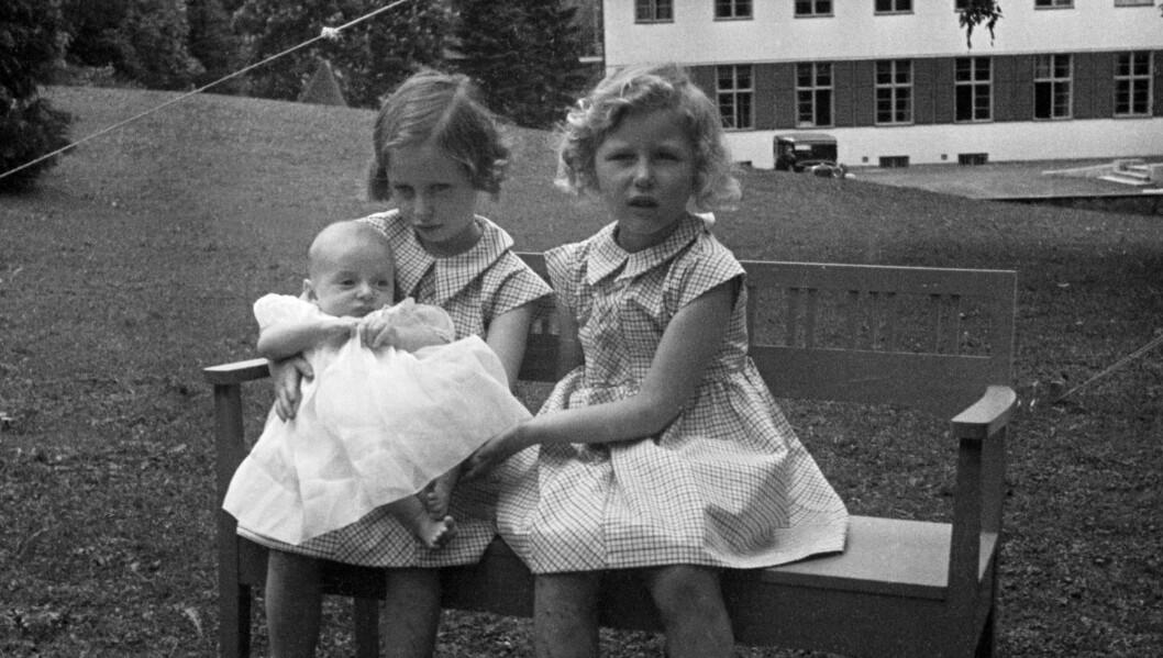 <strong>1937:</strong>  Prinsesse Ragnhild  (tv) og prinsesse Astrid med prins Harald, ca seks måneder gammel. De tre sammen, sittende på en benk i hagen.   Foto: NTB scanpix