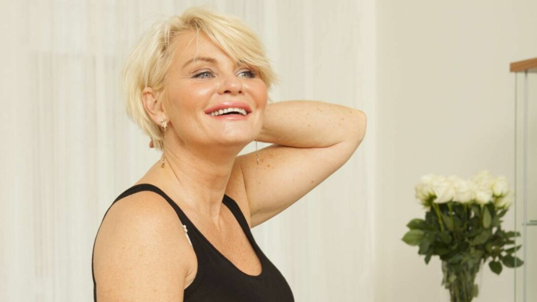 FLOTT 50-ÅRING: Mia Gundersen forteller at hun trives i blondinerollen media har gitt henne.  Foto: Espen Solli/Se og Hør