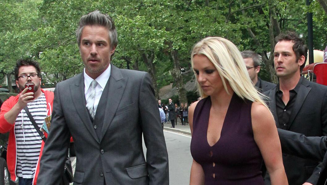 I HARDT VÆR: Forholdet mellom popstjernen Britney Spears og forloveden Jason Trewick skal være på gyngende grunn for tiden. Hennes uregjerlige oppførsel som «X Factor»-dommer begynner å gå Trawick, som er stjernens medverge og «barnevakt» i TV-s Foto: Stella Pictures