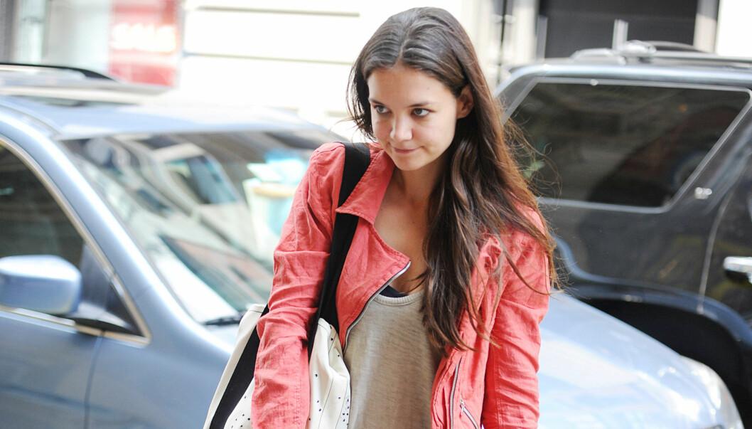 SINGEL: Katie Holmes er igjen singel etter bruddet fra Tom Cruise. Onsdag dro hun alene på trening i New York.  Foto: All Over Press