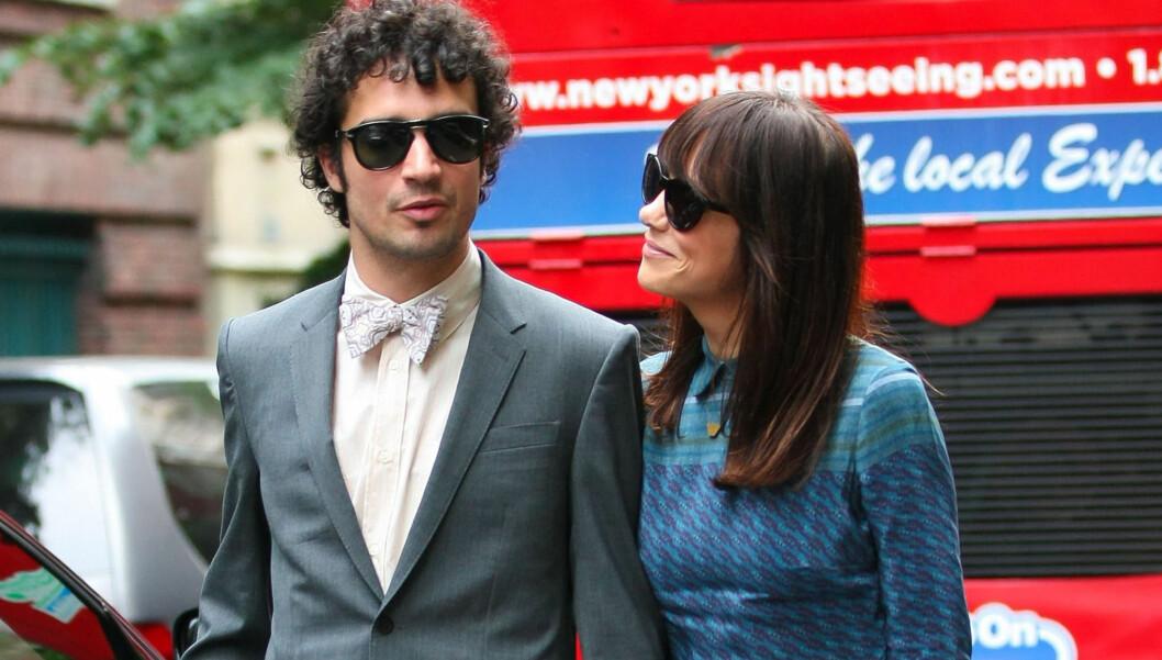FORELSKET: Den tidligere «Saturday Night Live»-stjernen Kristen Wiig ankom bryllupet til «Bridesmaids»-motspiller Ellie Kemper sammen med kjæresten Fabrizio Moretti lørdag. Wiig har datet The Strokes-trommisen siden desember, men dette er første ga Foto: FameFlynet