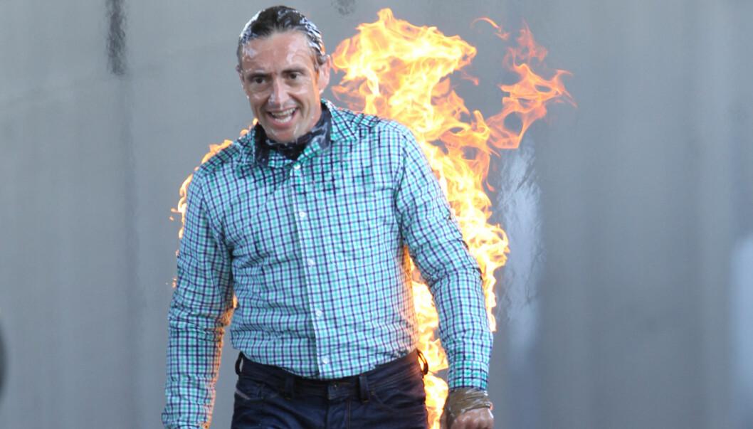 <strong>I FLAMMER:</strong> Deretter satte programlederen Hammond fyr på seg selv. Foto: All Over Press