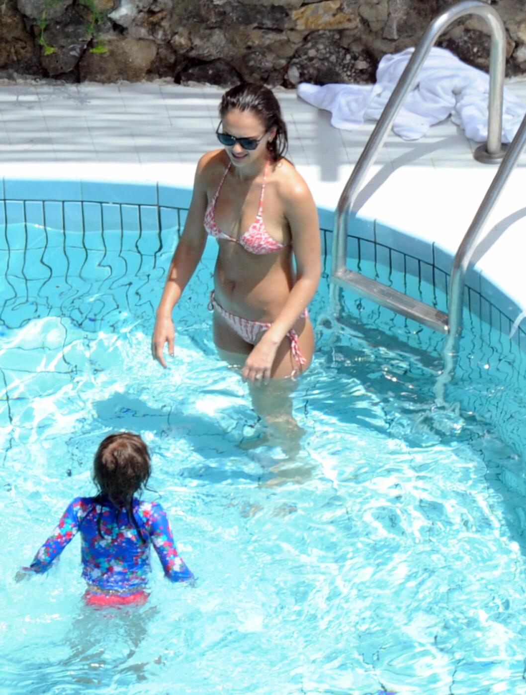 <strong>MORET SEG:</strong> Skuespiller Jessica Alba viste eldstedatteren Honor Marie mye oppmerksomhet mens de plasket rundt i svømmebassenget ved hotellet sitt i Amalfi, Italia denne uken.   Foto: All Over Press