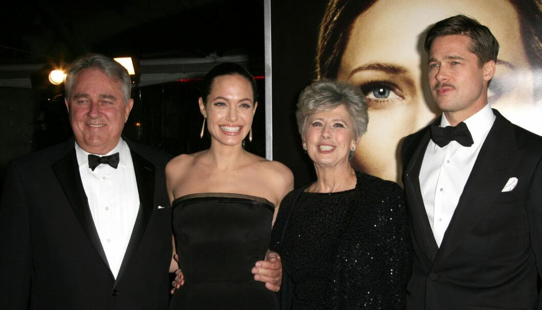 <strong>KRANGLER:</strong> Angelina Jolie liker ikke Brad Pitts mor Janes meninger om homofilt ekteskap. Her er paret sammen med Brads foreldre på en filmpremiere for fire år siden.  Foto: FameFlynet Norway