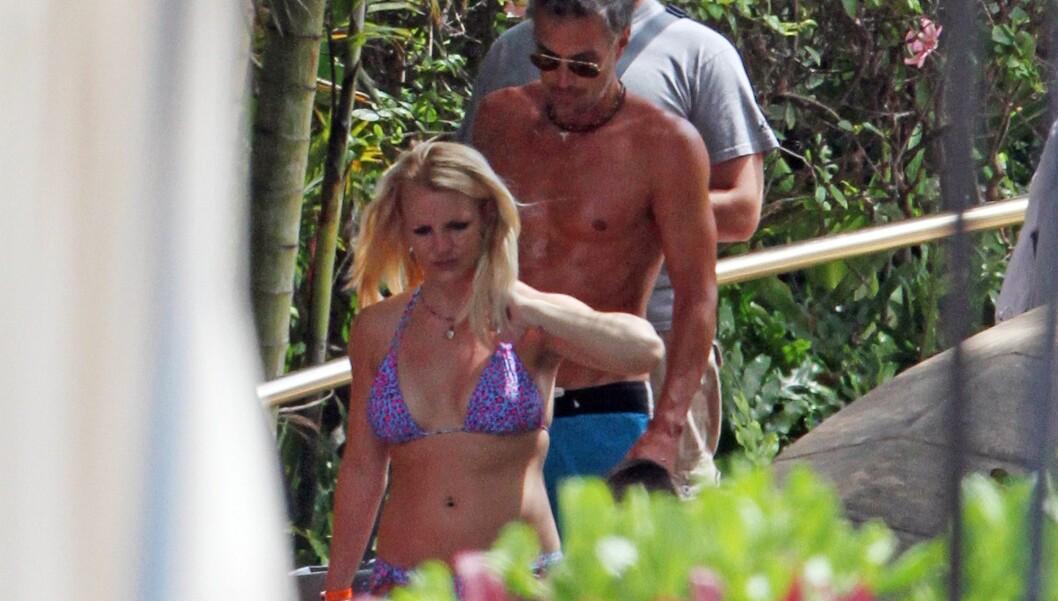 PÅ VEI TIL BASSENGET: Etter å ha delt meldingen fra hotellrommet på Twitter, ble Britney observert på vei ned til bassenget, med kjæresten Jason Tarwick. Foto: All Over Press