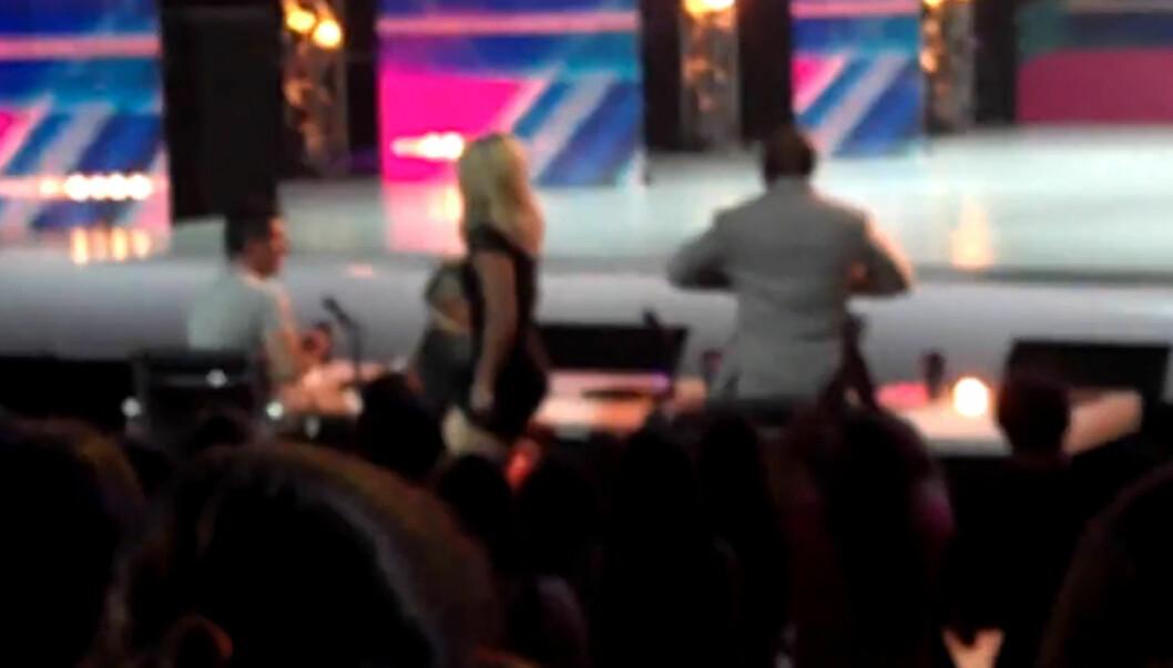 STORMET UT: Britney Spears forlot «X Factor»-salen i raseri, mens Simon Cowell (t.v.) måtte sitte igjen og ta seg av tilbakemeldingene, da en mannlig deltager fremførte Britney-låten «(You Drive Me) Crazy». Foto: YouTube