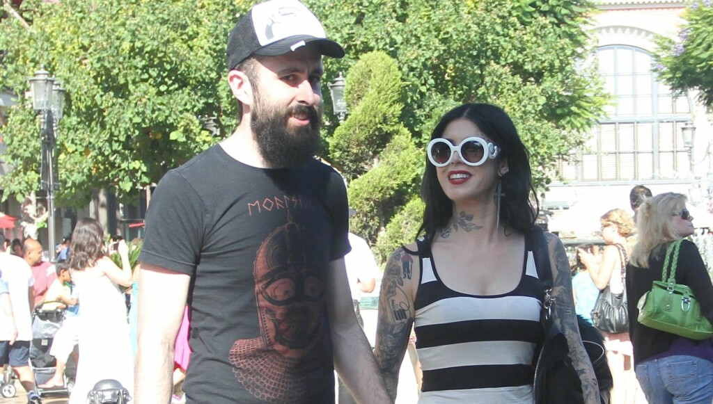 FORELSKET: Kat Von D viste stolt frem sin nye flamme i helgen, da de to hadde en romantisk kinodate på «The Grove» i Hollywood. Den skjeggete sjarmøren er den britiske rapperen David Peter «Scroobius Pip» Meads. Foto: All Over Press