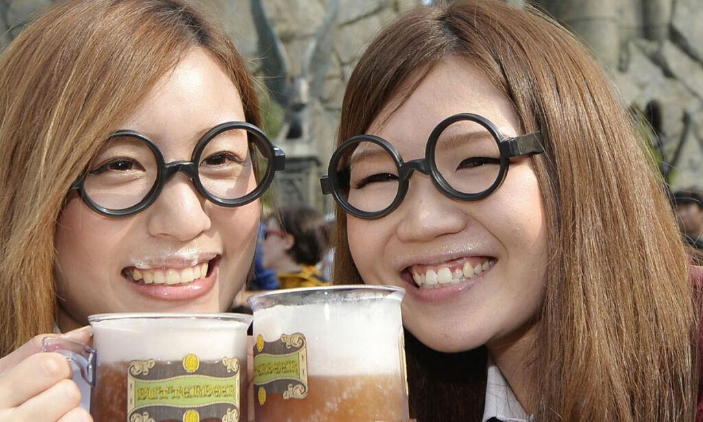 image: 100 mennesker slippes gjennom gullporten til Galvorts spisesal hvert 15. minutt. Velkommen til Harry Potter-land