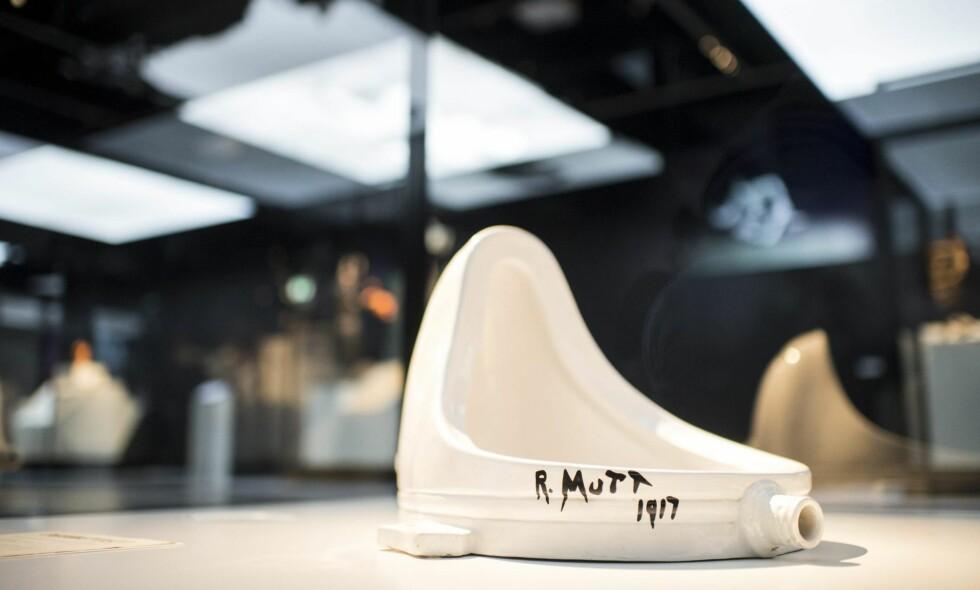 URINAL:  Marcel Duchamp sendte i 1917 inn «Fountain» til en utstilling i New York. Han hadde ikke selv lagd urinalet, men signerte med «R. Mutt 1917». Verket krevde en revidering av kunstbegrepet, og det stilles fortsatt ut over hele verden. Her fra en utstilling i Sveits tidligere i år. Foto: NTB Scanpix