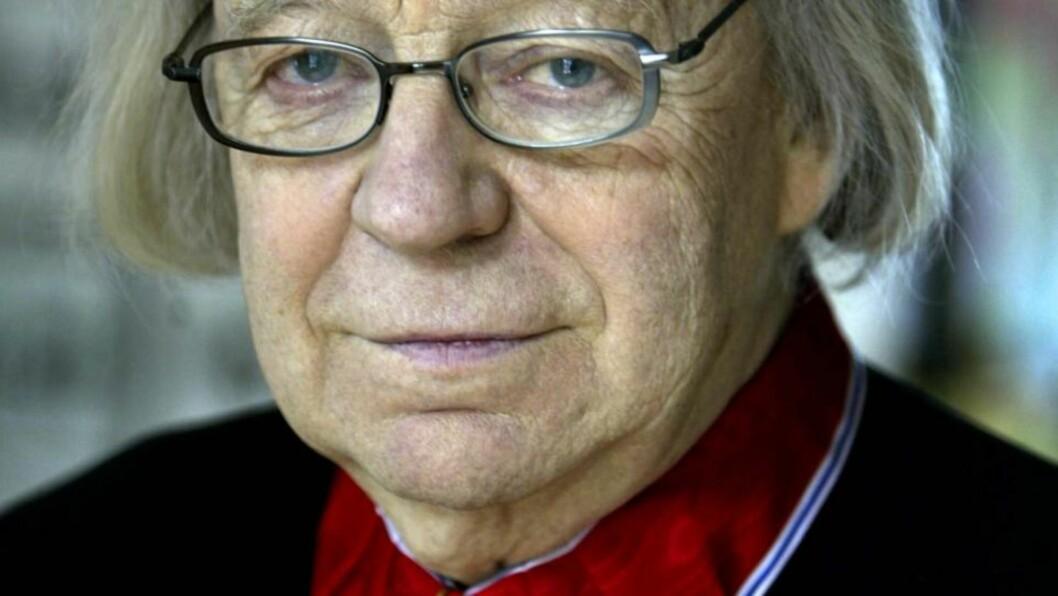 <strong>DØDE I DAG:</strong> Arne Nordheim ble i 2004 utnevnt til kommandør med stjerne av Den Kongelige Norske St. Olavs Orden for hans innsats i norsk og internasjonalt musikkliv.  Foto: Jon Eeg / SCANPIX