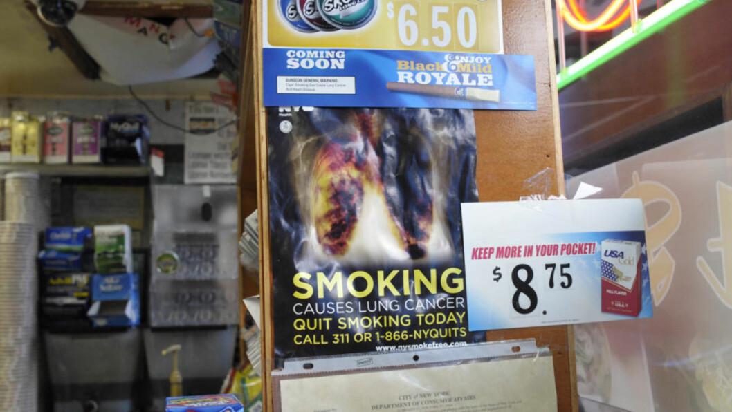 <strong>AGGRESSIV:</strong> Antirøyk-kampanjen i New York tvinger utsalgsstedene til å vise slike plakater ved kassaapparatet i butikken. Nå saksøkes byen av tobakksprodusenter. Foto: AP