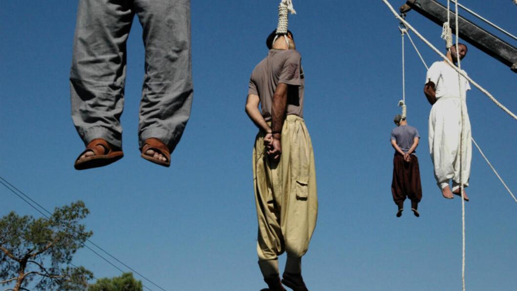 <strong>GRUOPPVEKKENDE:</strong> Slik ser det ut når iranske myndigheter henger påståtte kriminelle offentlig. Arkivfoto: AFP / SCANPIX