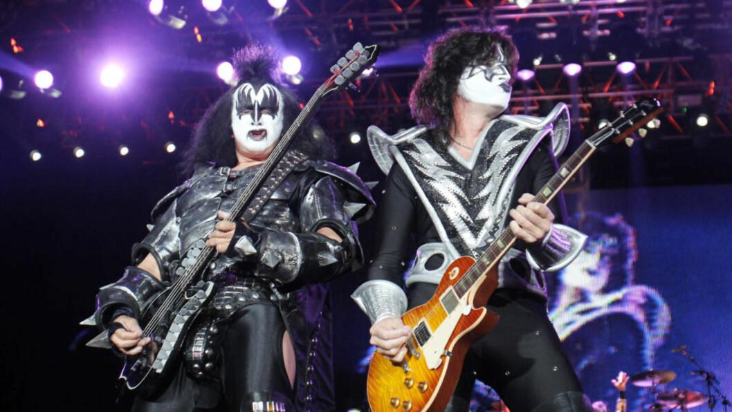 <strong>GOD BUTIKK:</strong>  I kveld skal Gene Simmons (til venstre) og Tommy Thayer i Kiss spille fletta av Vallhall Arena. For 7200 kroner kan du få et eksklusivt møte med rockeheltene. Men konsertbilletten må du kjøpe i tillegg for 750 kroner. Foto: AFP PHOTO DDP/SEBASTIAN WILLNOW