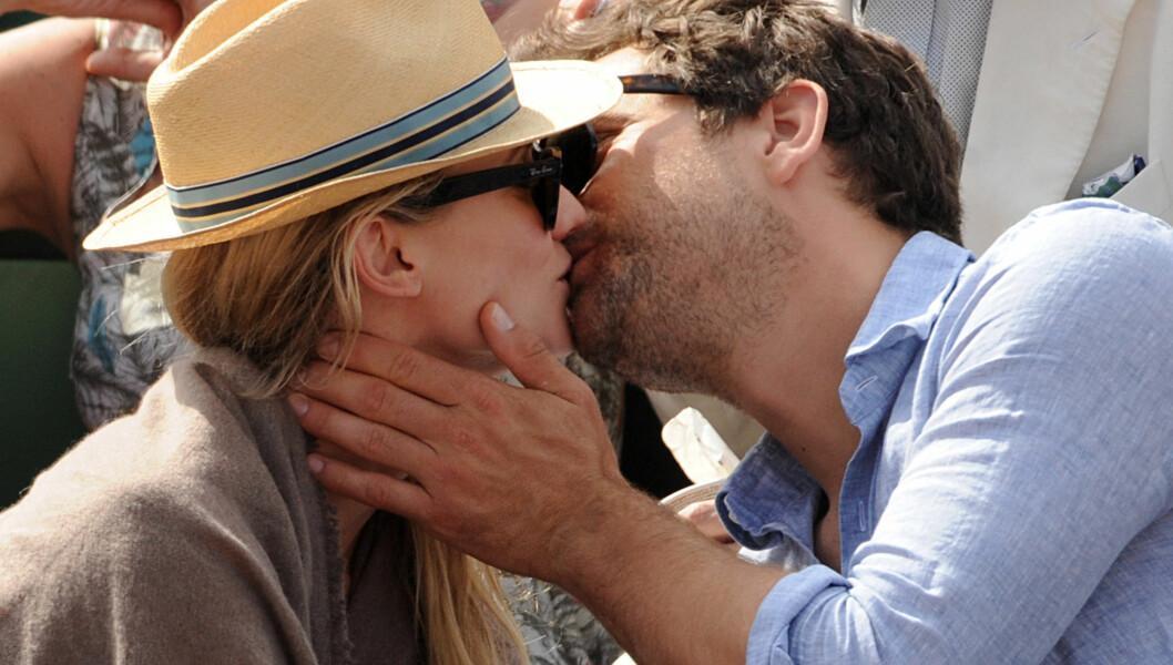 <strong>HETE KYSS:</strong> Joshua Jackson nølte ikke med å kysse kjæresten Diane Kruger flere ganger da de onsdag besøkte tennisturneringen French Open sammen. Foto: Fame Flynet Norway