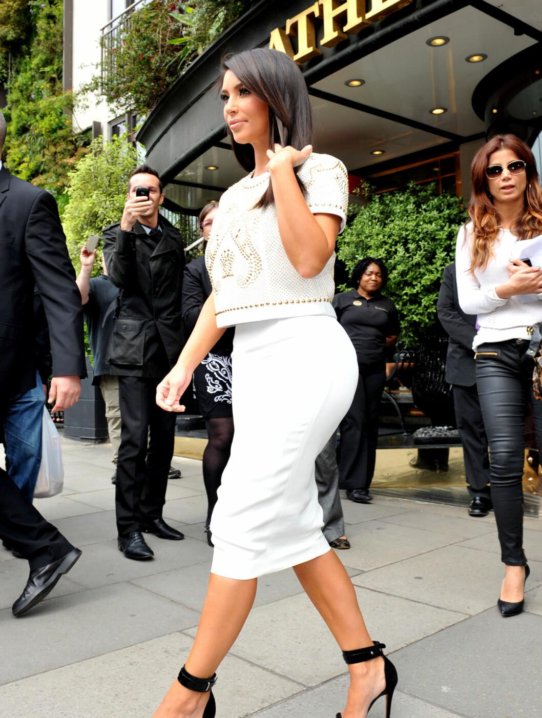 17. MAI KARDASHIAN: Her er hun på vei ut av et hotell i London, hvor hun var med Kanye West, på den norske nasjonaldagen.  Foto: All Over Press