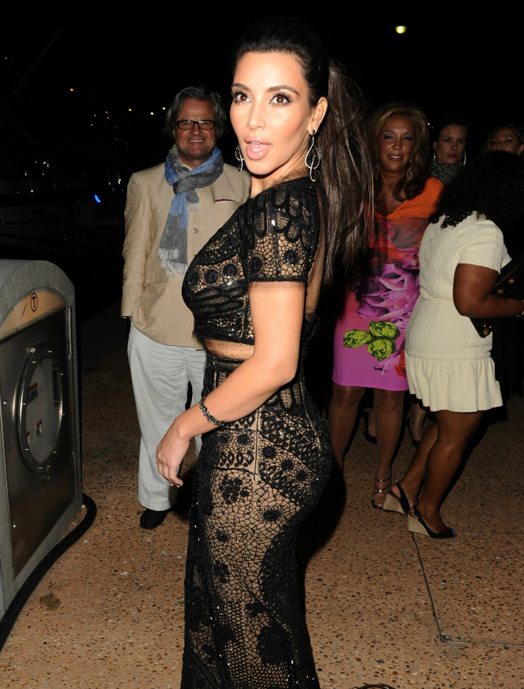 GJENNOMSIKTIG I FRANKRIKE: Kim Kardashian har i likhet med Beyonce skaffet seg en gjennomsiktig kjole. Slik så hun ut sist tirsdag på fest med Sean Combs i Cannes. Foto: Fame Flynet