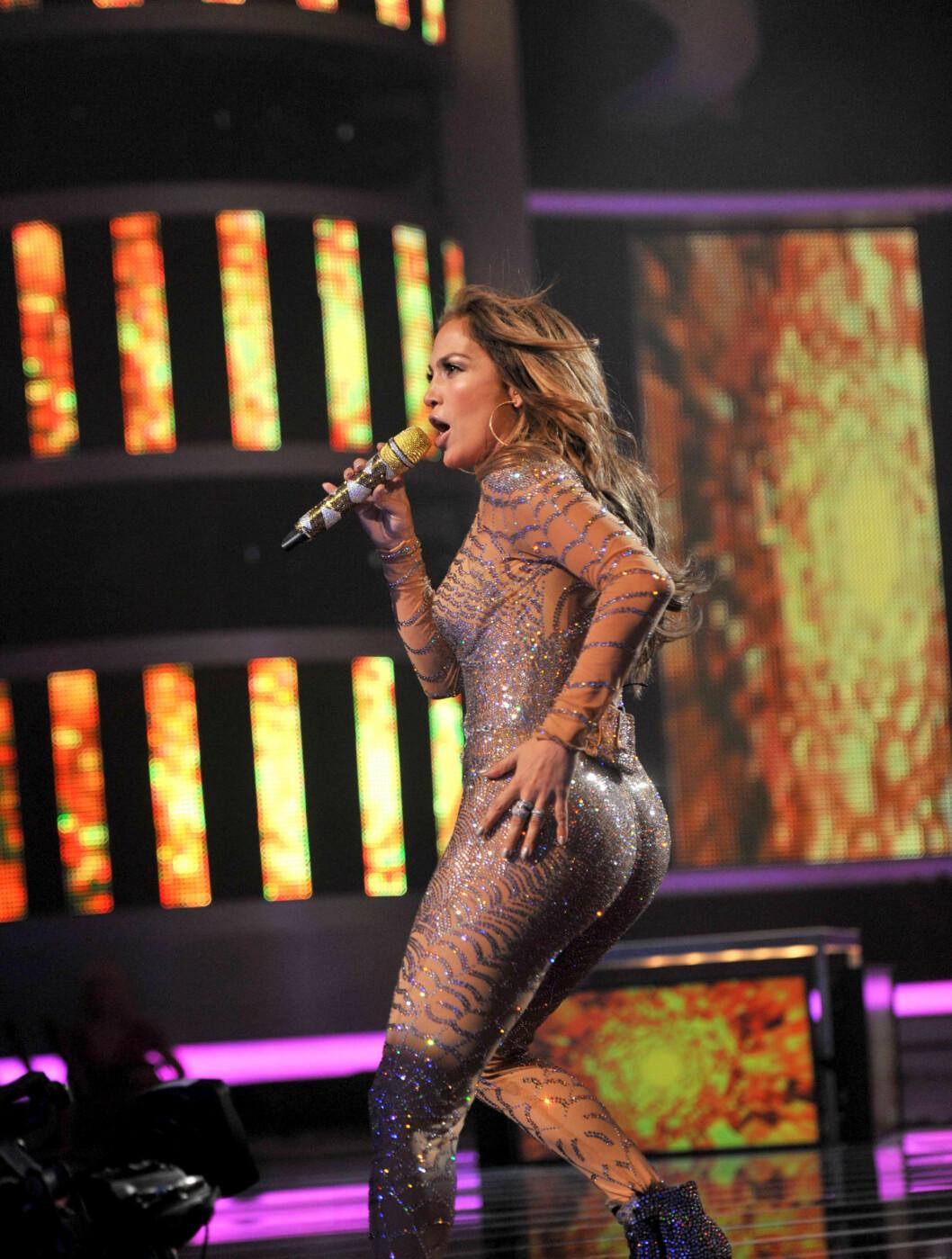 OGSÅ GJENNOMSIKTIG I FRANKRIKE: Jennifer Lopez viser også fram formene i gjennomsiktige klær. Her iført kun en trang drakt, mens hun opptrer på X Factor i Paris.  Foto: Fame Flynet