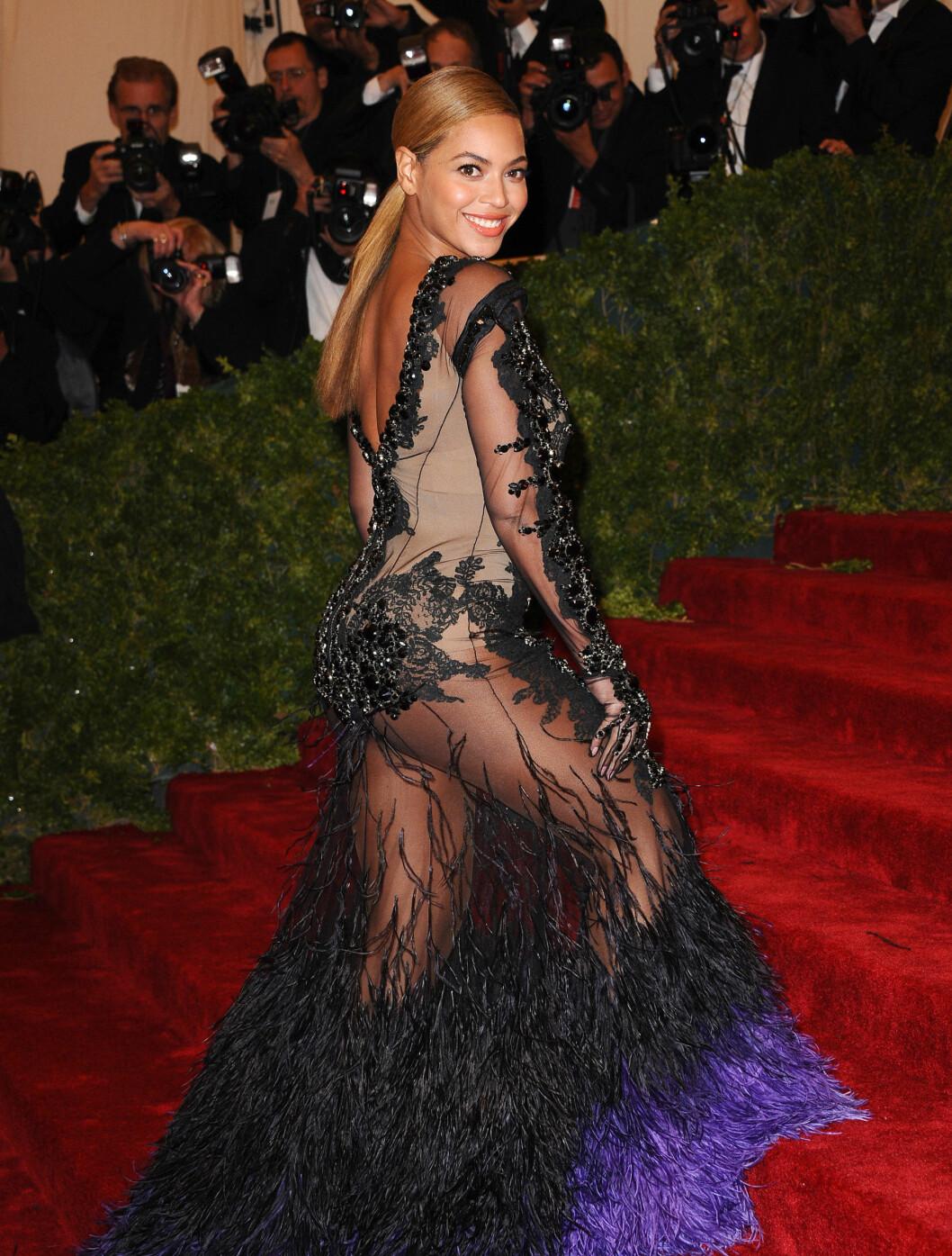VAKTE OPPSIKT: Beyonce Knowles har i likhet med både Kim og Jennifer en gjennomsiktig kjole. Denne skapte hun oppsikt med under Met Gallaen.  Foto: DLM Press