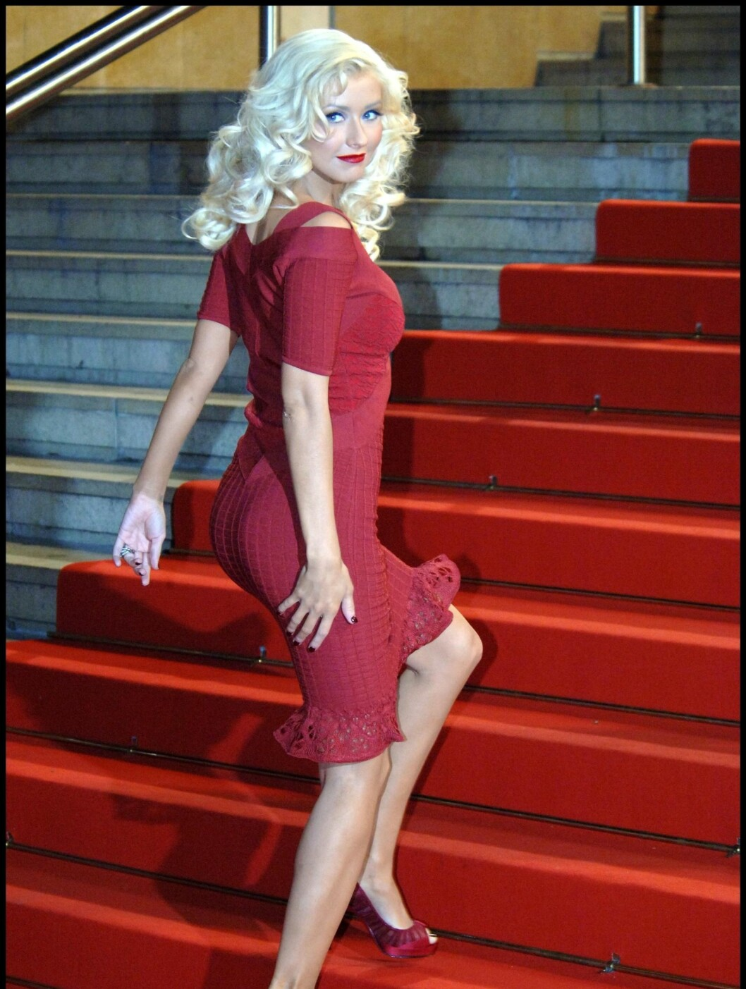 KURVER PÅ CANNES: Det er ikke bare fargede jenter som er stolte av rompa. Her viser Christina Aguilera den fram i en trang rød kjole på filmfestivalen i Cannes. Foto: Fame Flynet