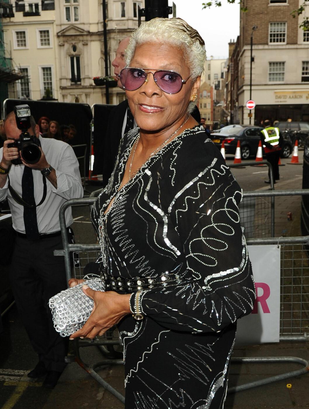 <strong>PÅ FEST:</strong> Whitney Houstons kusine Dionne Warwick tok turen til London for tirsdagens fest. Foto: Stella Pictures