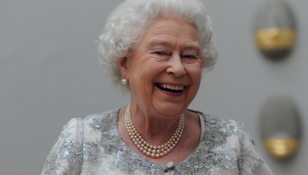 SMILET I BEHOLD: Dronning Elizabeth ler på en feiring av kunst hos det kongelig kunstakademiet i London, i går.  Foto: All Over Press