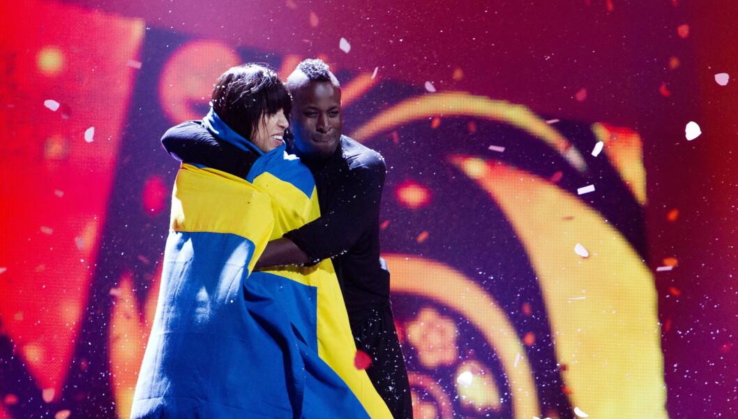 UTKLASSING: Loreen innpakket i det svenske flagget etter triumfen. Foto: NTB scanpix