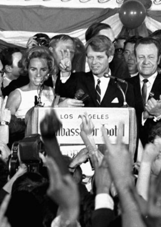 DREPT: Robert F. Kennedy ble skutt tre ganger av den palestinske innvandreren Sirhan Sirhan like etter at Kennedy holdt seierstalen sin på Ambassador Hotel i Los Angeles etter å ha vunnet primærvalget i California 5. juni 1968. Foto: Dick Strobel / AP / SCANPIX