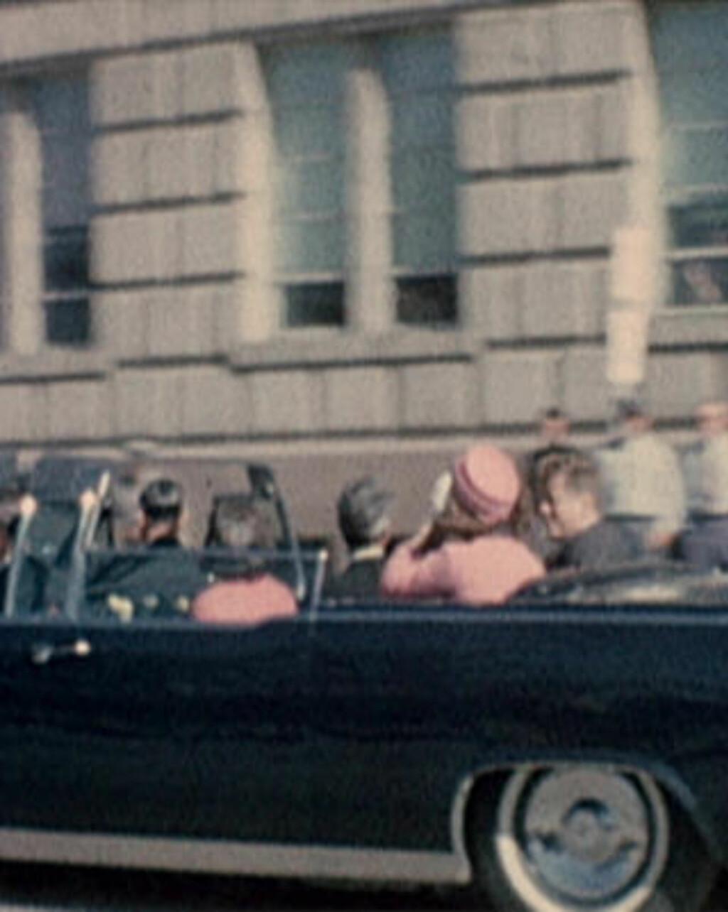 DREPT: President John F. Kennedy ble skutt med en skarpskytterrifle mens han kjørte i åpen bil i Dallas 22. november 1963. Attentatmannen var Lee Harvey Oswald.