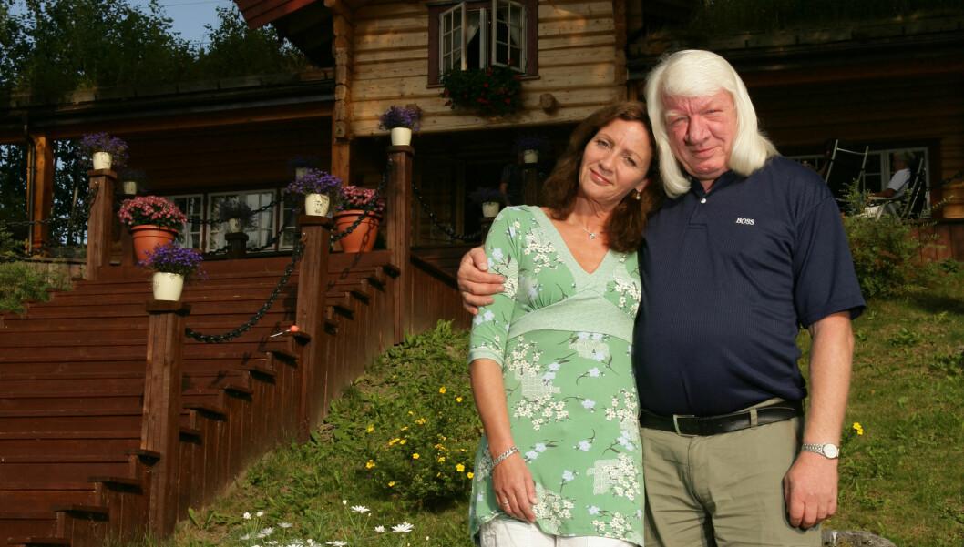 MANN OG KONE: Arnulf Paulsen med sin Marianne på nye hytta ved Mjøsa. Foto: Se og Hør