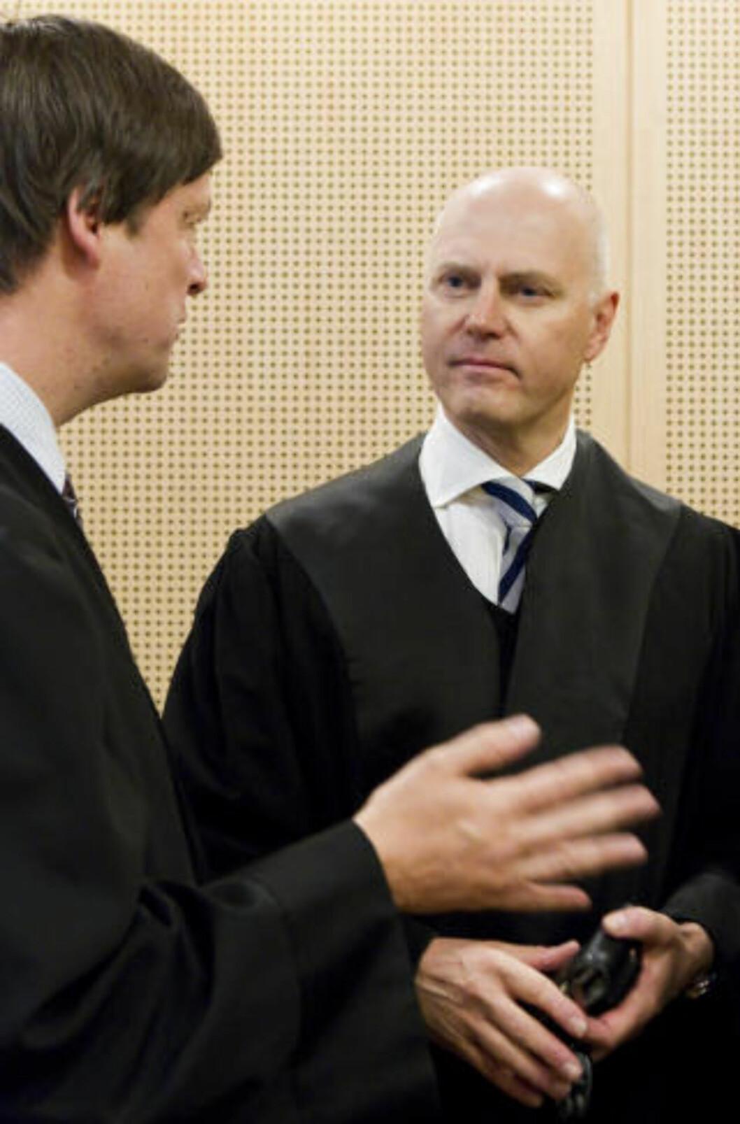 <strong>DISKUSJON:</strong> John Christian Elden (venstre) diskuterer med DnB NORs advokat Anders Ryssdal (fra Wiersholm). Foto: Scanpix