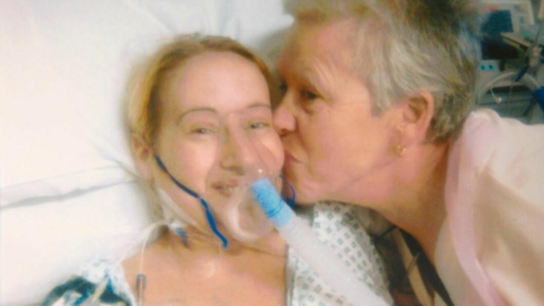 <strong>SMILTE:</strong> Lindsay Scott har på seg en oksygenmaske etter lungetransplantasjonen og får et kyss på kinnet fra mamma. Hun fikk aldri vite at lungene hun fikk var fra en storrøyker gjennom 30 år. Foto: Cavendish Press