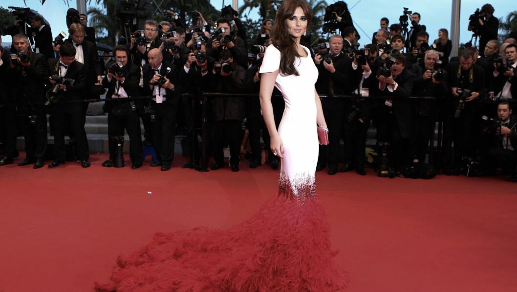 KOMPLIMENTER: Cheryl Cole mottar komplimenter for den flotte kjolen. Foto: FameFlynet