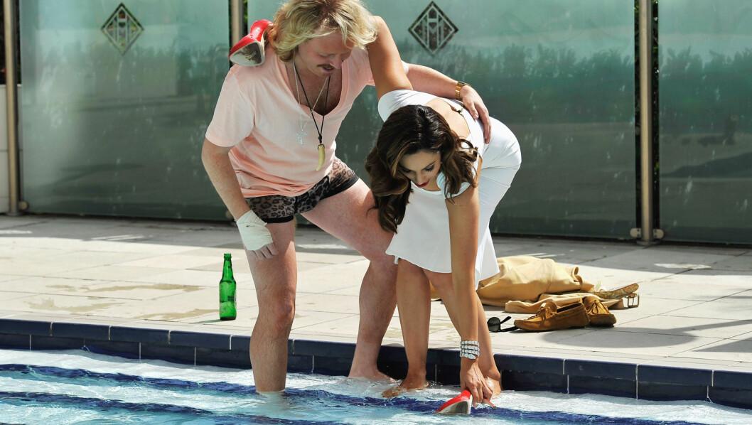 VIL IKKE BLI VÅT: Keith Lemon nølte ikke med å hive klærne sine og komme seg ut i bassenget. Det gjorde Kelly Brook. Foto: All Over Press