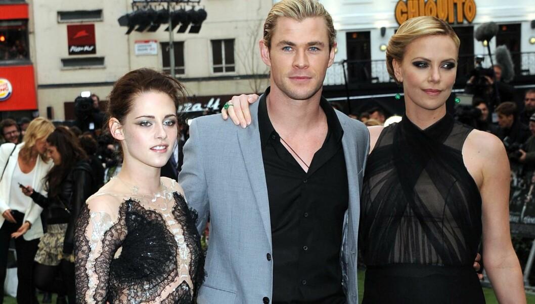 """EVENTYRLIG: Chris Hemsworth ble far sist uke og slo publikumsrekord med sin nyeste film """"The Avengers"""". Her står han på premieren av Snøhvit, med Kristin Stewart og Charlize Theron.  Foto: All Over Press"""