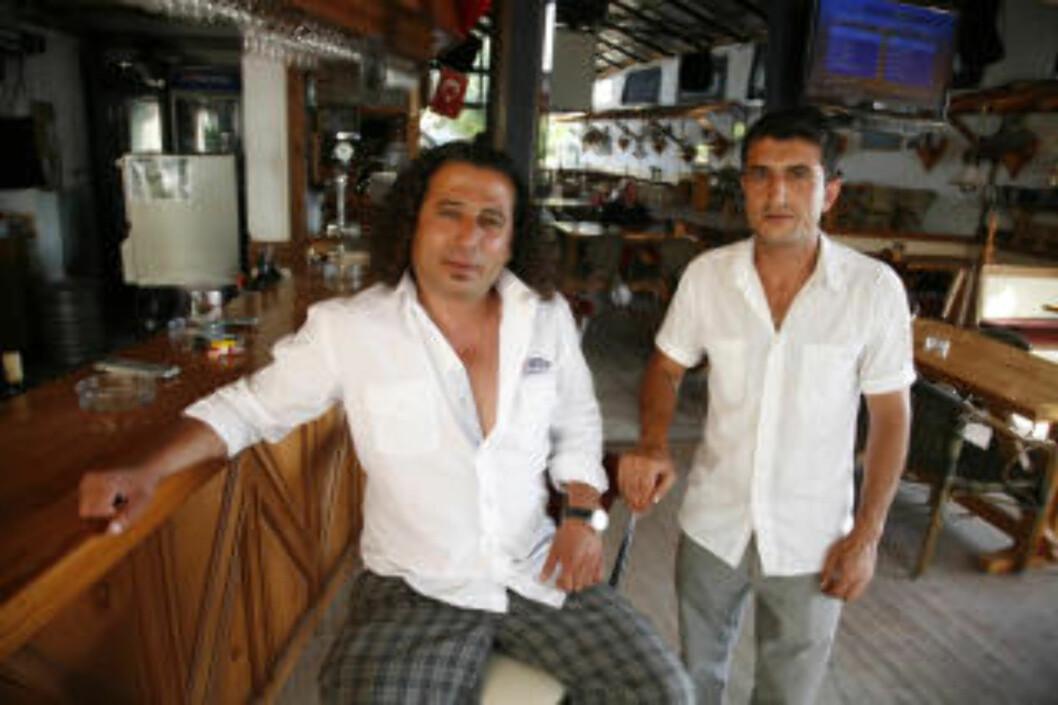 <strong>TOM BRAKKE:</strong> Daglig leder Mehmet Ceylan (t.h.) og servitør Murat Kocatürk ved Kingfisher Pub i Side, må se langt etter gjestene når så mange turister velger all inclusive på hotellene.