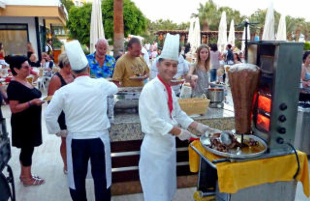 <strong>POPULÆRT:</strong> Når den utendørs kebabovnen tennes på Barcelò Tat, er det godlukt å kjenne over hele stranden.