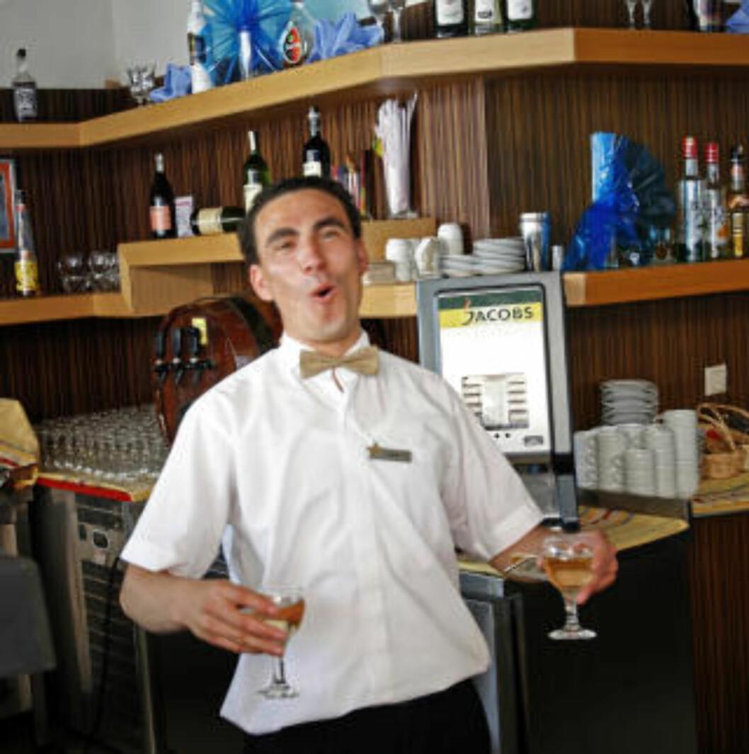 <strong>I ETT:</strong> Bartenderne smiler, trass i masse servering - og ingen drinks.