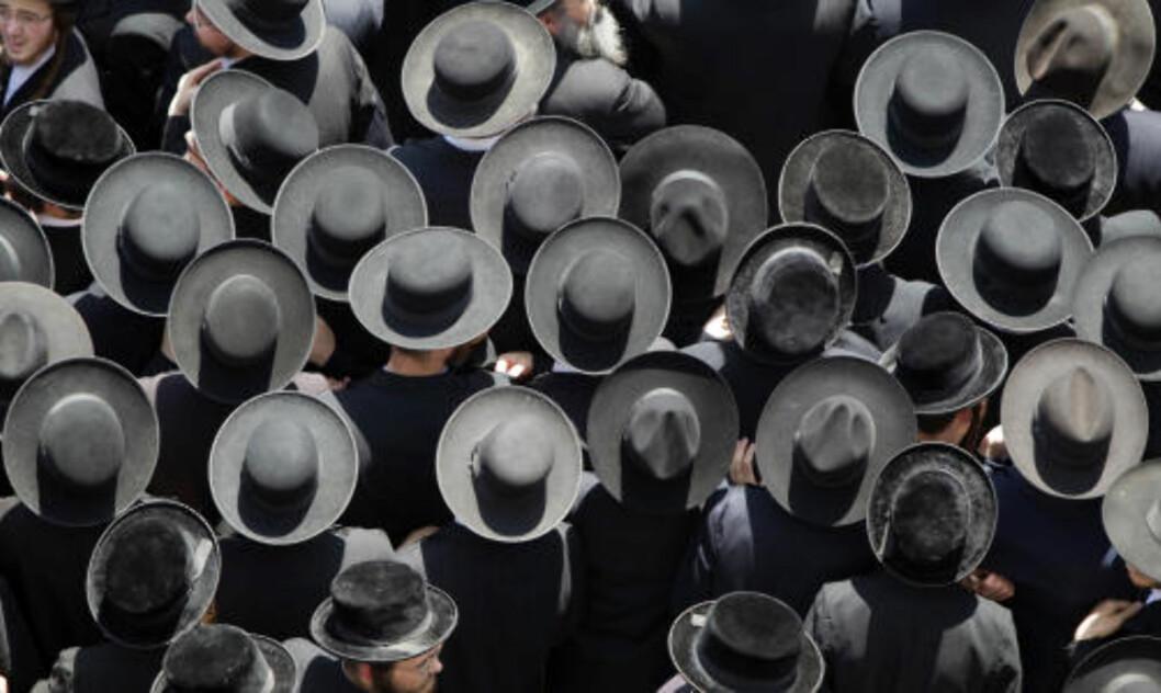 <strong>FLOSSHATTER:</strong> De ultraortodokse jødene er ikke vanskelig å kjenne igjen på klesdrakten. Foto: AFP