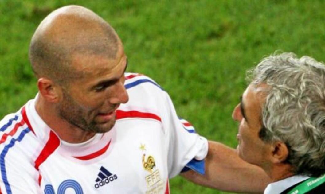 <strong>UENIG MED DOMENECH:</strong> Zidane forstår ikke hvorfor Domenech plasserte Gourcuff på benken. Foto: EPA/OLIVIER MATTHYS