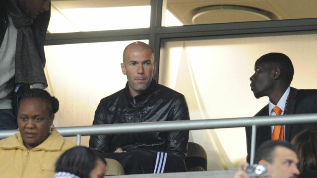 <strong>FULGTE FIASKOEN FRA TRIBUNEPLASS:</strong> Det er ikke mange som kjenner igjen det franske landslaget i dette verdensmesterskapet. Ikke Zinedine Zidane, heller. Foto: AFP PHOTO / FRANCK FIFE