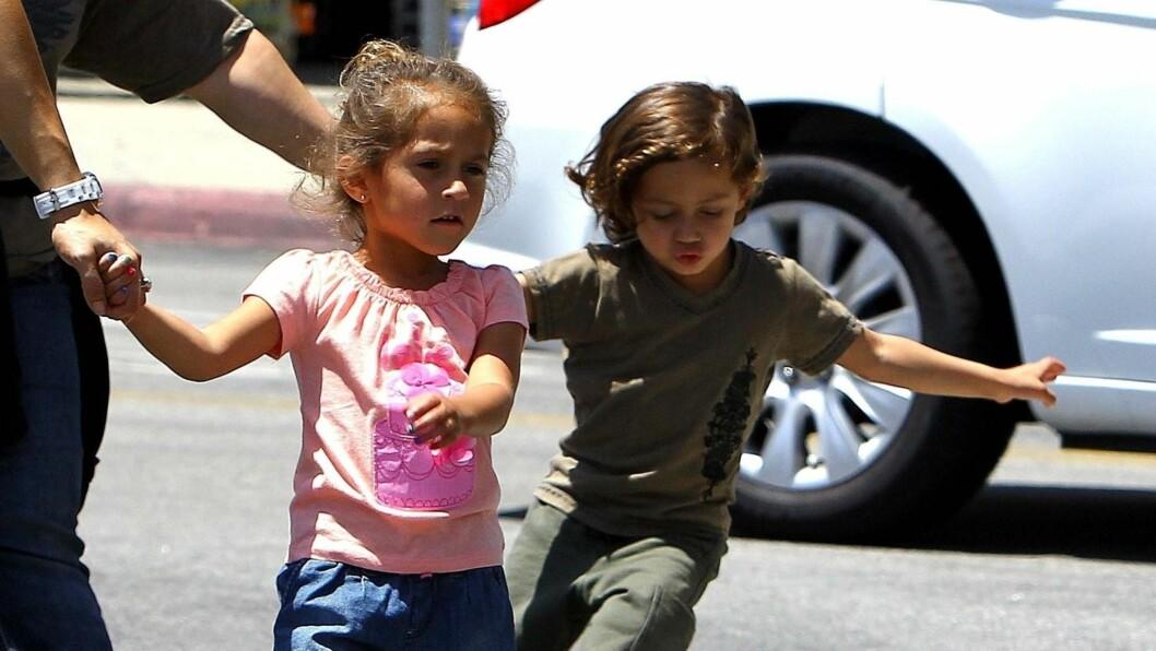 SMÅ KOPIER: Tvillingene Emme og Max er nærmest små kopier av sine berømte foreldre Jennifer Lopez og Marc Anthony.  Foto: FameFlynet Norway