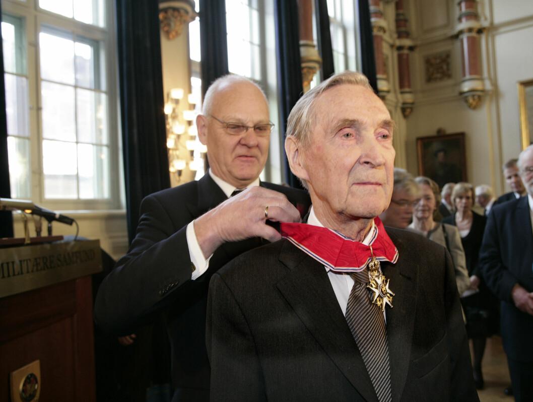 DEKORERT: Gunnar Sønsteby, også kjent som krigshelten Kjakan, ble utnevnt til Kommandør av Den Kongelige Norske St. Olavs Orden I 2006. Overrekkelsen ble foretatt av kansellisjef Egil Vindorum (tv.) i Oslo Militære Samfund.  Foto: SCANPIX