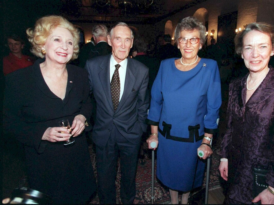 80 ÅR: Mange hyllet Gunnar Sønsteby på Akershus Slott på hans 80-årsdag. Fra venstre Wenche Foss, prinsesse Astrid fru Ferner og hans kone Anne-Karin Sønsteby.  Foto: Scanpix