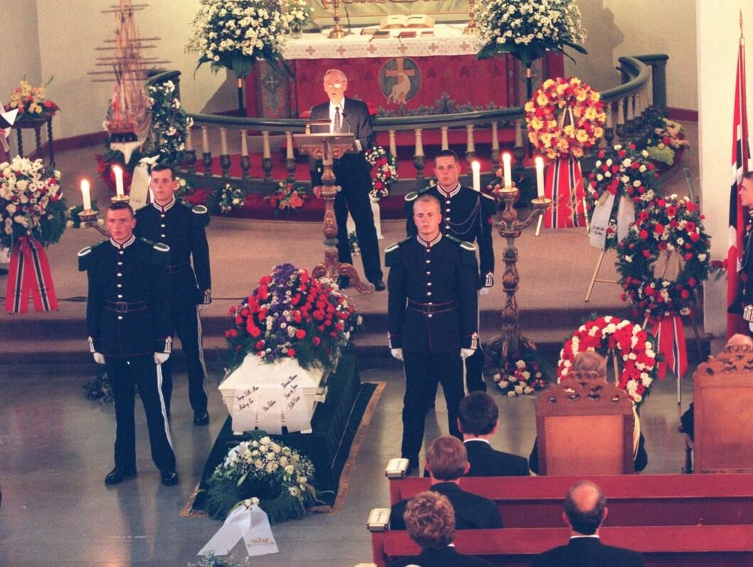 MINNETAL: Krigsveteranen Gunnar Sønsteby holdt minnetale over krigshelten Max Manus (1914-1996) under begravelsen i Asker kirke i 1996. Hans Majestet kongens garde sto æresvakt ved båren. Foto: Scanpix