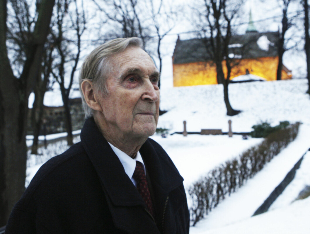 HEDRET MOTSTANDSMANN: Gunnar Kjakan Sønsteby var den siste gjenlevende av den berømte motstandsgruppen Oslogjengen. Her foran Akershus festning hvor han jobbet de siste årene med kartlegging av informasjon fra krigsårene. Foto: SCANPIX
