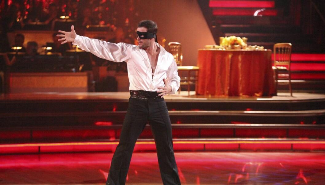 DANSER MED STJERNENE: Her er den maskerte William Levy på scenen i den amerikanske versjonen av «Skal vi danse», «Dancing With the stars».