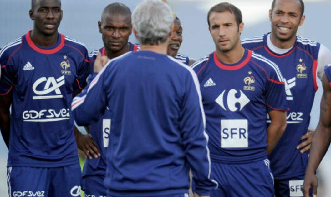 <strong>INGEN LEDER:</strong> Zinedine Zidane hevdet at Raymond Domenech ikke var noen leder etter Frankrikes åpningskamp. Foto: SCANPIX